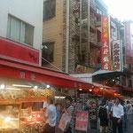 神戸市の南京町の夜店です。北京ダックまで売っていました。      ・店頭に北京ダックの夜店かな(和良)