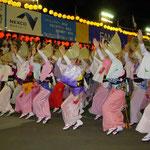 徳島市の南内町演舞場で阿波踊を見ました。総踊りは圧巻でした。  ・個性とは自分流なり阿波踊 (和良)