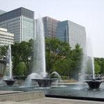 皇居外苑にある噴水です。東京は都心に緑があふれていました。               ・噴水や皇居外苑ひろびろと(和良)