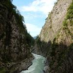 十日町市にある清津峡のパノラマステーションからの眺望です。     ・峡谷の空は三角鰯雲(和良)