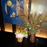 観月会の会場の正面には芒と団子と日本酒が飾られていました。  ・正面に芒と団子月を待つ(和良)