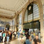 青い煉瓦のアズレージョが美しいポルトのサン・ベント駅でした。  ・爽やかな青い煉瓦の駅なりし(和良)