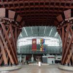 北陸新幹線が開業した金沢駅の新しい名所となっている鼓門です。    ・初旅の金沢駅の鼓門(和良)