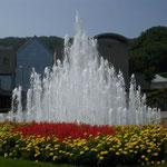 徳島市の文化の森の玄関には花壇に囲まれた大きな噴水がありました。  ・噴水の天辺光のダンスかな (和良)