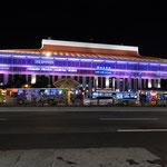 夜の台北駅です。年間乗降客1億8000万人とのことでした。         ・秋めける台北駅の夜景かな(和良)