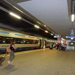 ポーランド第二の都市クラクフに着きました。大きな駅でした。     ・夏の旅その地で買ひしTシャツで(和良)