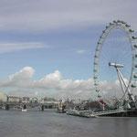 ロンドンには珍しい快晴でした。ゆったりと流れるテムズ川です。  ・春の雲浮かぶテムズの流れかな(和良)
