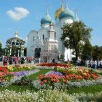 モスクワ市郊外のセルギエフポサードの教会広場の花壇です。      ・小春日の花壇の色の鮮やかに(和良)