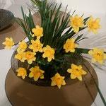 絵画展の会場には水仙に並んで黄水仙も活けられていました。  ・黄水仙ガラスの鉢に活けられて(和良)