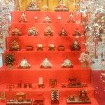 吊るし雛の真ん中には7段の雛人形が飾られていました。         ・一際の明るさなりし雛飾(和良)