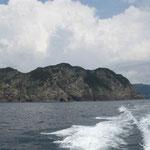 日和佐で伊佐木釣をしました。断崖の上に雲の峰が連なっていました。  ・そそり立つ断崖低し雲の峰 (和良)