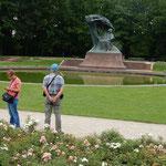 ポーランドのワルシャワにあるワジェンキ公園のショパン像です。    ・薔薇園の柳の下のショパン像(和良)