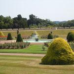 ウインザー城の庭園です。今も年に2回エリザベス女王が公式滞在します。                    ・宮殿の奥に庭園秋の薔薇(和良)