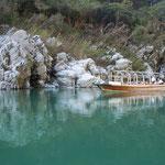 大歩危峡の水は澄み渡っていました。                                          ・大歩危の淵は藍色水の秋(和良)
