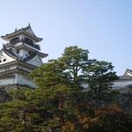 天候に恵まれた国宝の高知城には観光客が溢れていました。                            ・天守まで人の溢るる小春かな(和良)