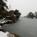 兼六園の霞ヶ池の岸辺にある内橋亭も薄氷に閉ざされていました。    ・薄氷に内橋亭も閉ざされて(和良)