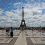 パリの小高い丘から見たエッフェル塔です。大勢の観光客が来ていました。                    ・塔見ゆる風の涼しき丘に立ち(和良)