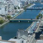銀行の本店10階からは新町川も紀伊水道も見えました。  ・建物の影濃き街や秋暑し(和良)
