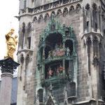 ミュンヘンの市庁舎です。人形が踊りながら時を告げていました。    ・市庁舎の時計の音も冬めける(和良)