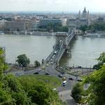 ブタペストのブタ側の丘からドナウ川に架かるくさり橋が見えました。  ・くさり橋渡れば緑燃ゆる丘(和良)