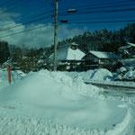 能登半島の輪島への山越えの道で見た雪の積もった藁屋です。      ・奥能登へ雪の山里抜けて行く(和良)