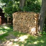 マウォボルスカ地方の冬支度は早く年木の用意もされていました。    ・手作りの年木はやばや積み上げて(和良)