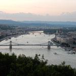 ハンガリーのブタペストではゲレルトの丘からドナウ川を見ました。   ・暮れなずむドナウに夕焼始まりし(和良)
