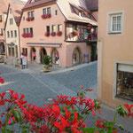 ローデンブルグではどの家にも花が飾られていました。夏が一番美しいそうです。                ・どの家も窓辺に花古都の夏(和良)