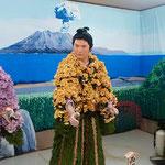 90年の歴史がある鴨島町の菊人形展には大勢の人が来ていました。    ・菊人形袴の檜葉のよく匂ふ(和良)