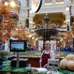 赤の広場のグム百貨店では西瓜とメロンを売っていました。       ・西瓜売る赤の広場の百貨店(和良)