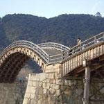 岩国の錦帯橋を渡りました。人影は少なく寒風に風花が舞っていました。  ・寒風の錦帯橋に容赦なし(和良)