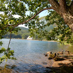 榛名湖です。湖畔にホトトギスの三代句碑がありました。        ・榛名湖は水底までも水澄みて(和良)