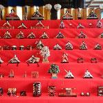 徳島城博物館の御殿庭を眺めるロビーにも雛が飾られていました。 ・御殿庭眺めるロビー雛飾る(和良)