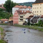 チェスキークルムロフの川はゆるやかに流れるところもありました。   ・急流を過ごし一息船遊(和良)