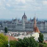 ブタペストのペスト側にある国会議事堂は街のシンボルになっています。 ・議事堂はドナウの畔風薫る(和良)
