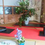 池田高校野球部監督だった蔦文也宅には梅の花が活けられていました。  ・部屋中に香りを満たし梅の花(和良)