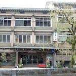 城崎温泉の湯宿には門松が飾られていてお正月らしい雰囲気でした。     ・城崎のどの湯宿にも松飾(和良)