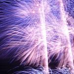 連続して打ち揚げられる花火には圧倒的な迫力がありました。         ・夜の更けて花火の色のいよいよに(和良)