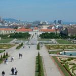 ベルベデーレ宮殿の庭園からはウィーンの森がはるかに見えました。   ・噴水の四つも上がり庭静か(和良)