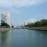 遊船は新町川を遡り、右手にあわぎんホールが見えてきました。 ・手を振ってみたくなるもの遊船は(和良)