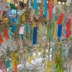 藍住町のショッピングモールで見た七夕飾りです。           ・七夕の飾りに子らの夢はずむ(和良)