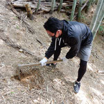 落ちた竹の葉が滑るので足元に気をつけて筍を掘りました。 ・筍を掘る足滑らさぬように(和良)