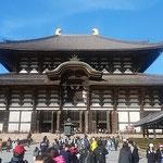 奈良東大寺の大仏殿です。たくさんの観光客が来ていました。         ・冬晴れの大仏殿の高さかな(和良)