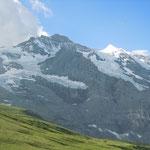 登山鉄道からアイガー、メンヒ、ユングフラウの峰々と氷河が見えました。                     ・登山鉄道氷河見下ろし行くスイス(和良)