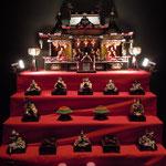 ホテルの日本料理店には雛が飾られていました。                                    ・雛飾る御殿飾りをまづ飾り(和良)