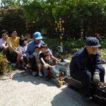 阿波市土成町ではミニslが走り-大勢の子供たちの歓声が上がりました。 ・父も子も夢に乗りをり子供の日(和良)