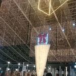 JR大阪駅の時空の広場には電飾のクリスマス飾りが華やかでした。   ・クリスマス飾り早々灯る街(和良)