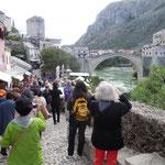 ボスニアヘルツェゴビナのモスタルでは破壊された橋が復旧されていました。・復興の街に冬日の暖かく(和良)