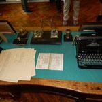 杉原千畝さんの執務机には発給されたビザが展示されていました。    ・六千人救いし部屋の涼しさよ(和良)