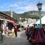 モスタルの商店街にはトルコの商品がたくさん並べられていました。   ・冬日濃しこの町どこかトルコ風(和良)